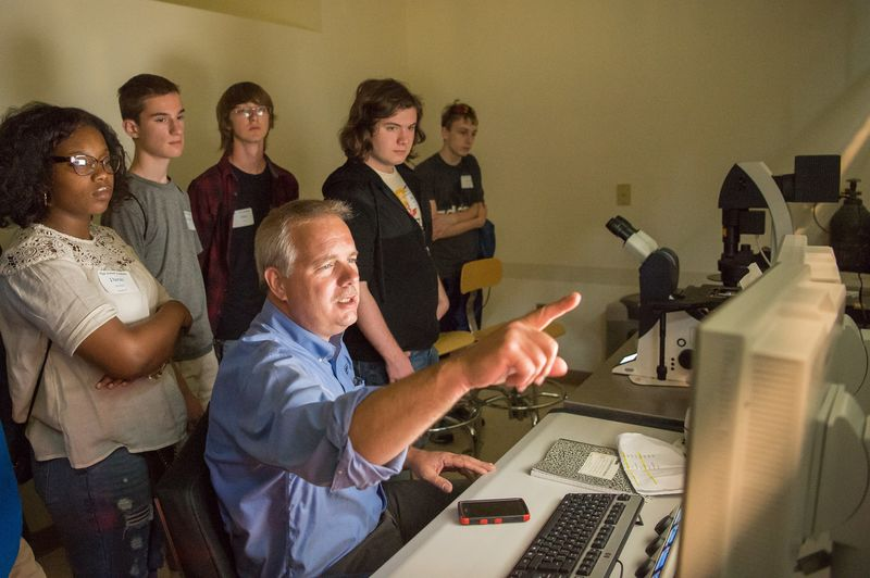 Jerry Magraw, senior technician, instructs students how to use the confocal microscope.